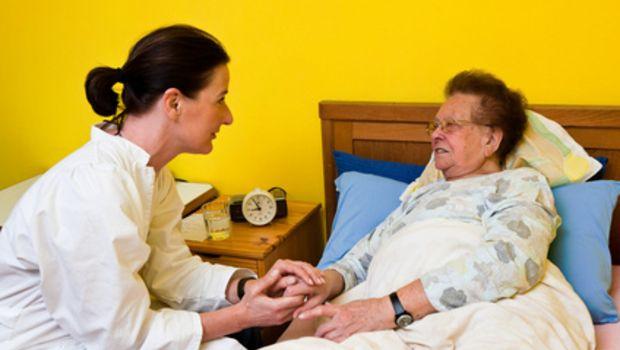 Fotolia 12007765 - Pfleger betreut alte Frau im Altersheim © Gina Sanders