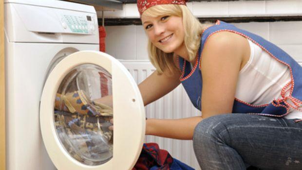 Fotolia 23756485 - Junge Frau belädt Waschmaschine © Dan Race