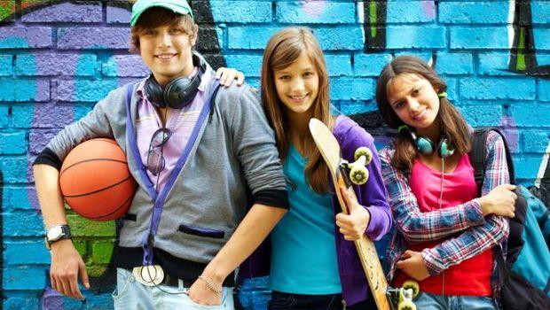 Bildnachweis: shutterstock 82390294 - Row of happy teens by painted wall looking at camera © Pressmaster